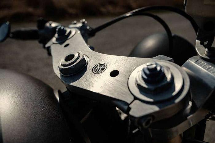 Bộ tay lái Clip-on được thiết kế hạ thấp mang dáng rất ngầu, đi kèm là bộ chảng ba CNC có khắc logo của Yamaha tinh tế