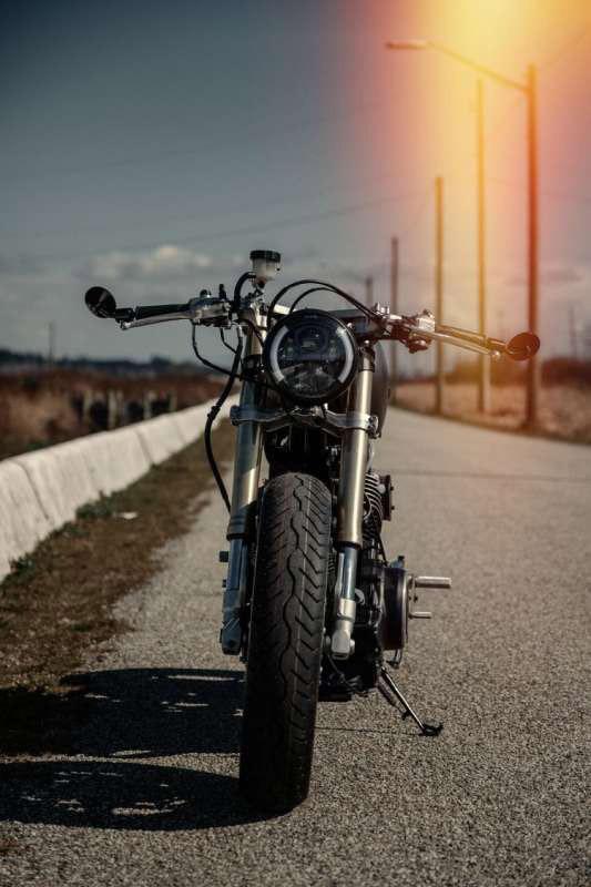 Bộ đèn pha được thiết kế dạng tròn pha LED và hệ thống phuộc Upside down kế thừa từ những mẫu xe moto cực đỉnh