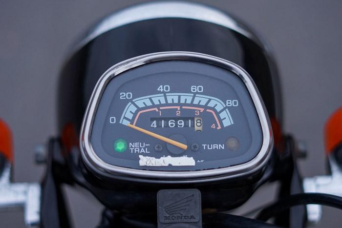 Mặt đồng hồ cổ điển có chức năng hiển thị số km và tốc độ