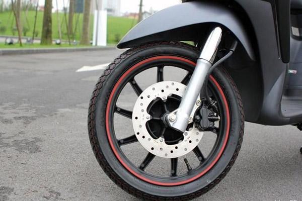 Tại sao decal phản quang dán mâm xe máy lại được nhiều người ưa chuộng?