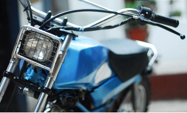 Hệ thống đèn của xe được bao bọc bởi khung thép tạo sự an toàn