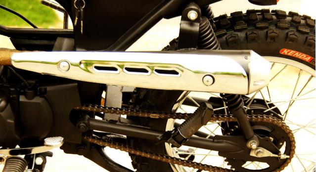 Ống pô của xe được vặt cao về chuyển về hướng bên trái của thân xe