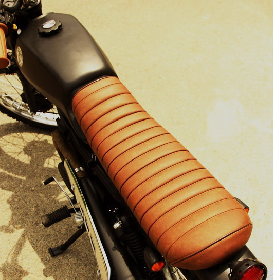 """Bình xăng dẹp và yên xe được thiết kế dài, mỏng đúng chất yên """"bánh mì"""" scrambler"""