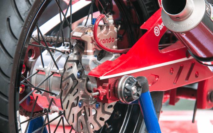 Chiếc Kymco K-pipe 125 độ thêm phần chắc chắn nhờ bộ thắng đĩa ở dàn chân sau